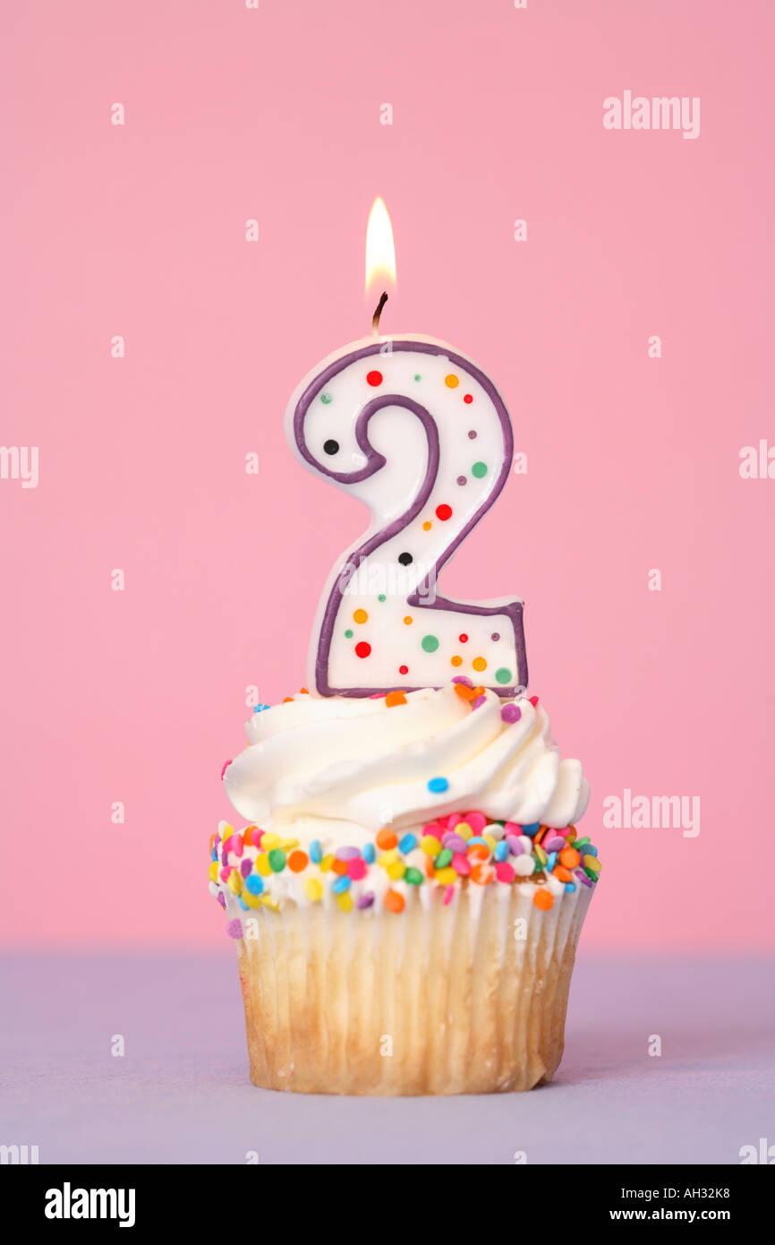 Avec Cupcake Bougie Numéro Deux Photo Stock