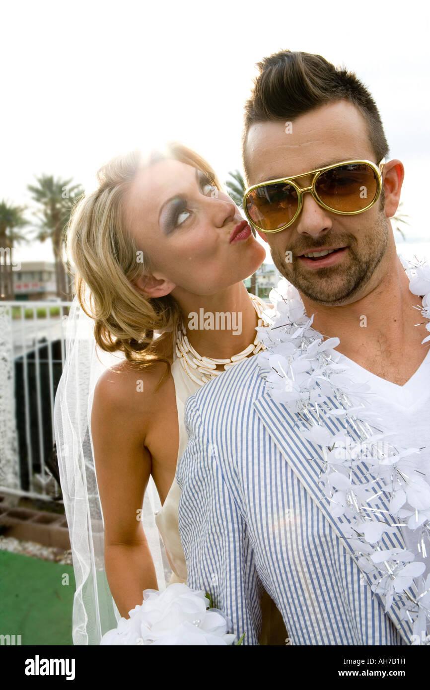 Mariée debout à côté d'un groom et le gaufrage Photo Stock