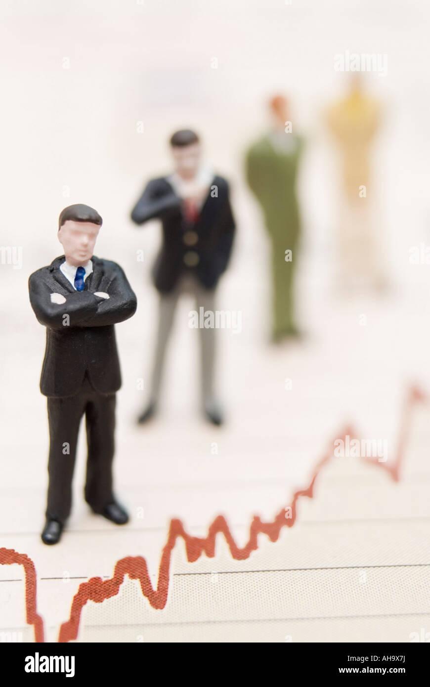 Businessmen standing sur le graphique Photo Stock