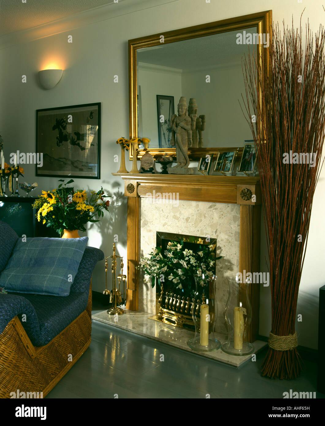 miroir doré au-dessus de cheminée dans années 90 salon avec