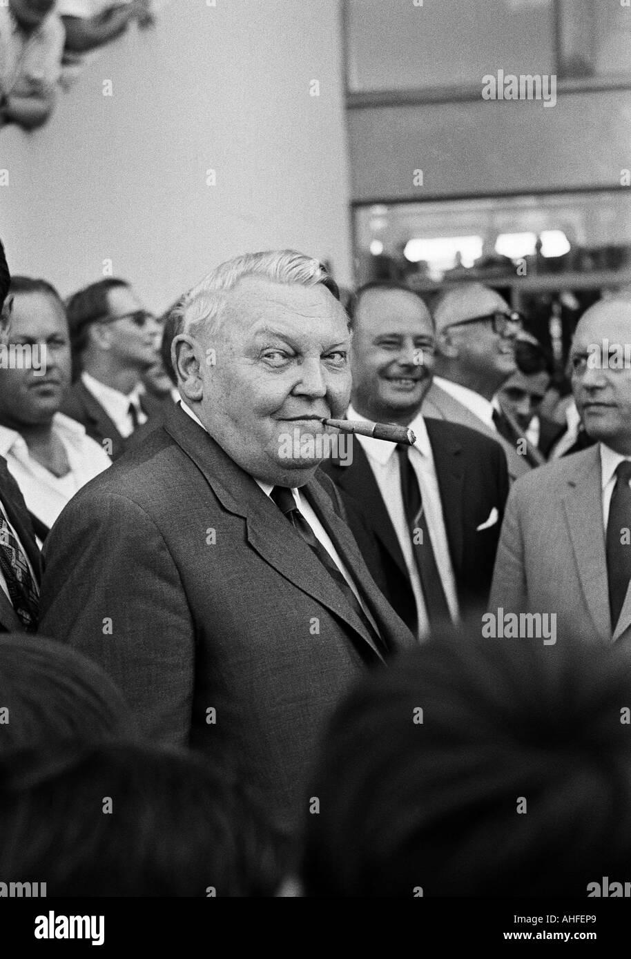 Football, Bundesliga, 1965-1966, Meidericher SV contre 1. FC Kaiserslautern 2:2, stade de Duisburg Wedau, visiteurs, spectateurs, guest celebrity, éminent visiteur Ludwig Erhard, Chancelier de la République fédérale d'Allemagne Banque D'Images