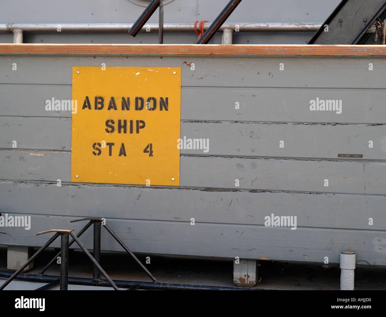 Plate-forme arrière d'un hacheur de l'US Navy affiche un signe d'abandon du navire Photo Stock