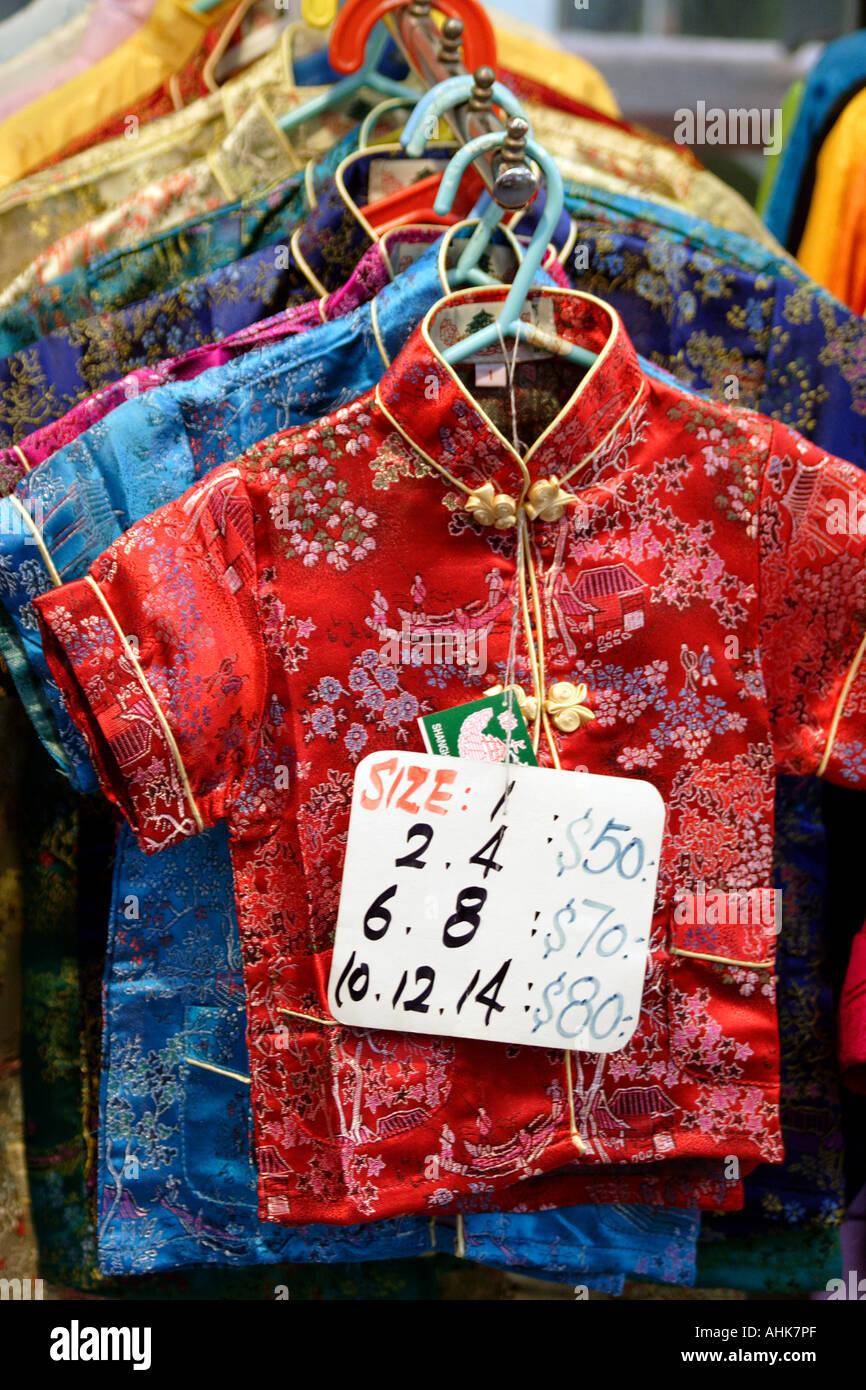 Souvenirs de jeune fille chemises de style oriental, Stanley Market, Hong Kong, Chine Banque D'Images