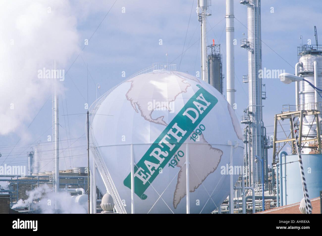 Tank comme un globe peint avec les mots le jour de la Terre 1970 1990 à une raffinerie de pétrole Unocal à Los Angeles CA Photo Stock