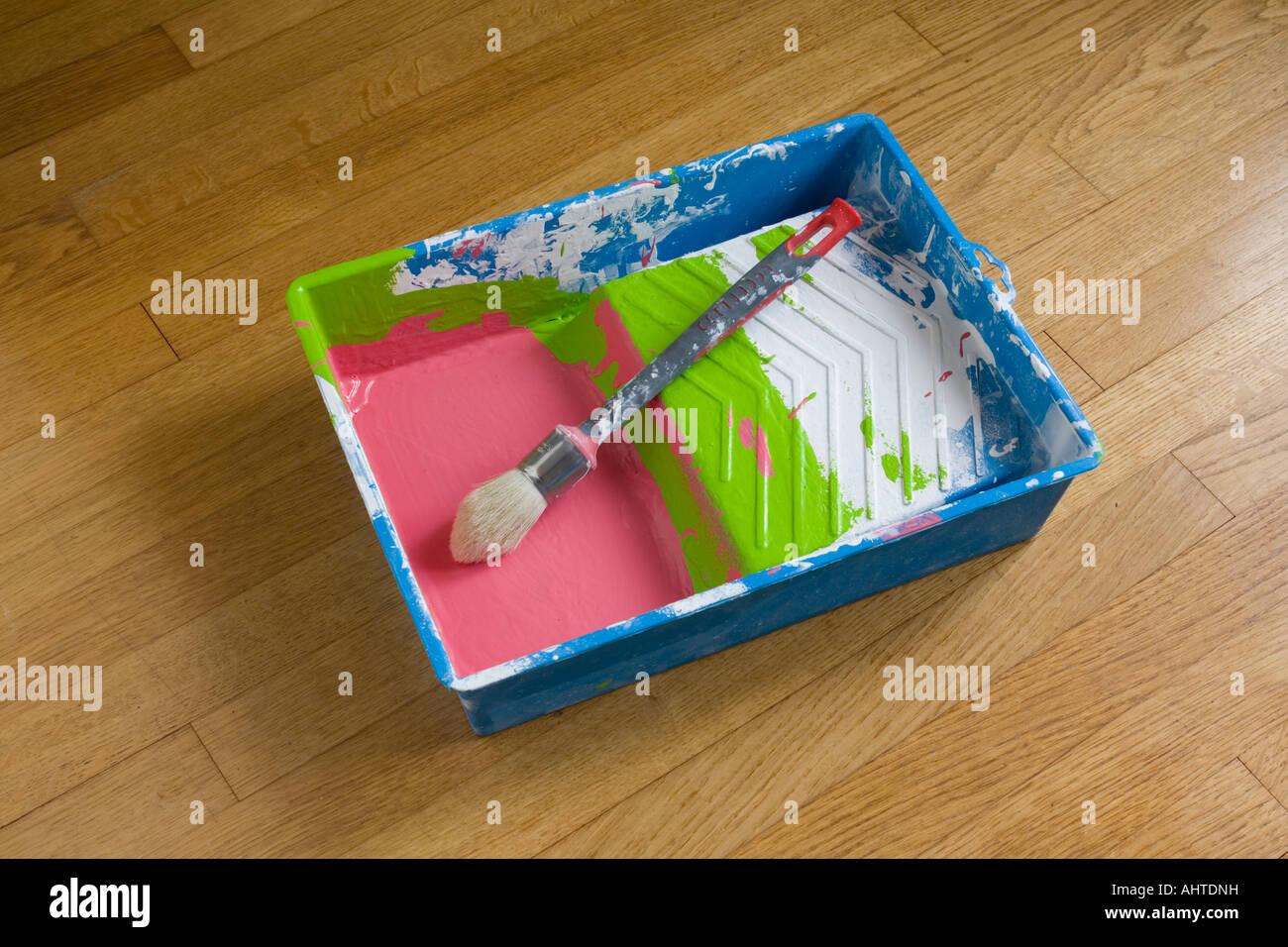 Un plateau en plastique et d'un pinceau ayant souvent été utilisé. Bac plastique et pinceau ayant Photo Stock