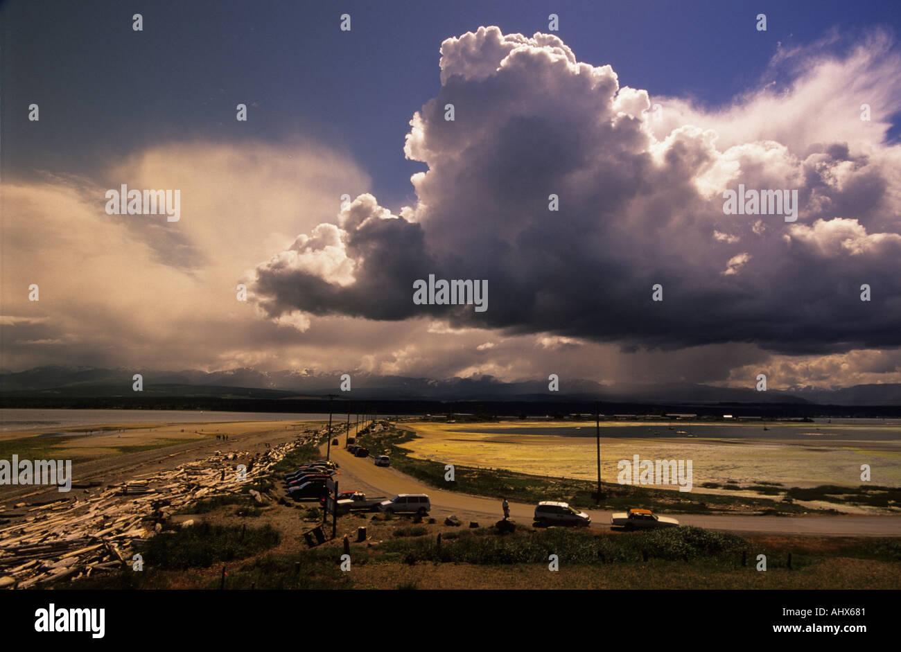 Les Cumulus et marée basse à Goose Spit, Comox, C.-B. Canada Photo Stock