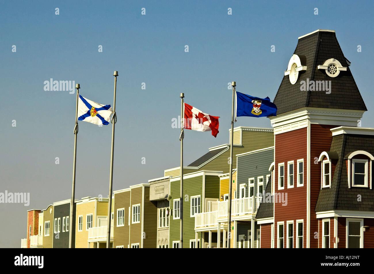 Je vois des drapeaux à l'avant de nouveaux logements en copropriété au centre-ville de Wolfville, en Nouvelle-Écosse, Canada. Banque D'Images