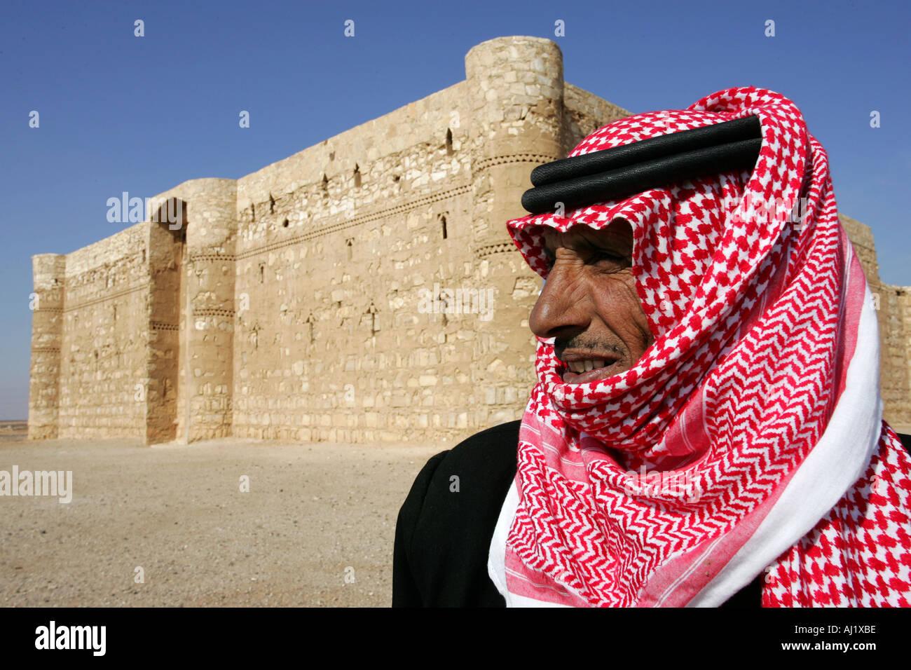 L'homme garde du désert château Qasr al Kharana caravansery en Jordanie à partir de 710 aC à desert road 40 Photo Stock