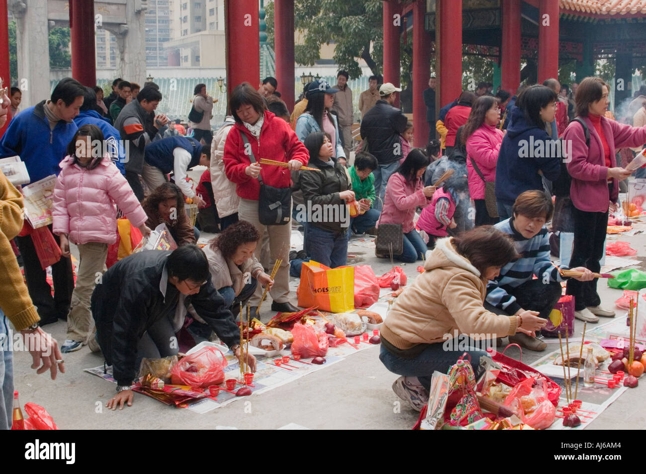 Visiteurs prier à Sik Sik Yuen Wong Tai Sin Temple en Asie Chine Hong Kong Kowloon Photo Stock