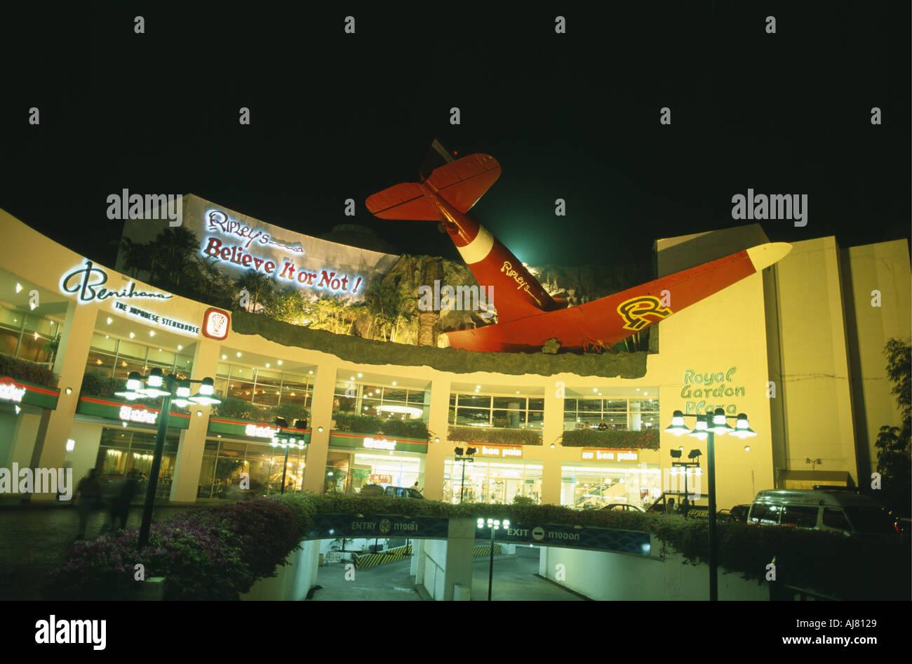 Façade de Ripley s Believe it or not Museum éclairés la nuit à Pattaya en Thaïlande Photo Stock