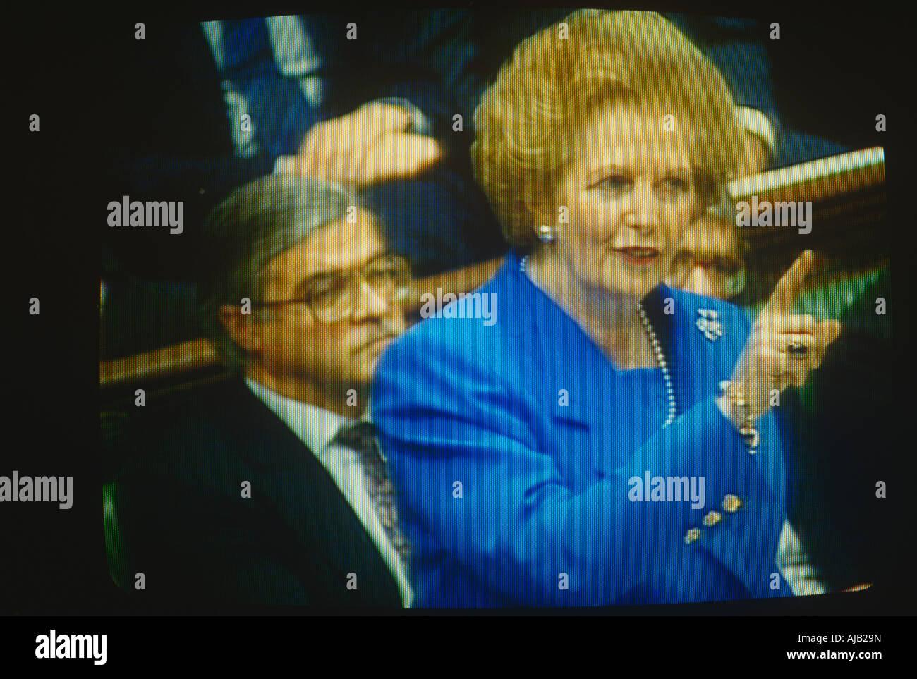Le premier ministre Margaret Thatcher vu à la télé les menaçant d'un doigt au cours d'échanges à l'envoi fort avec Banque D'Images