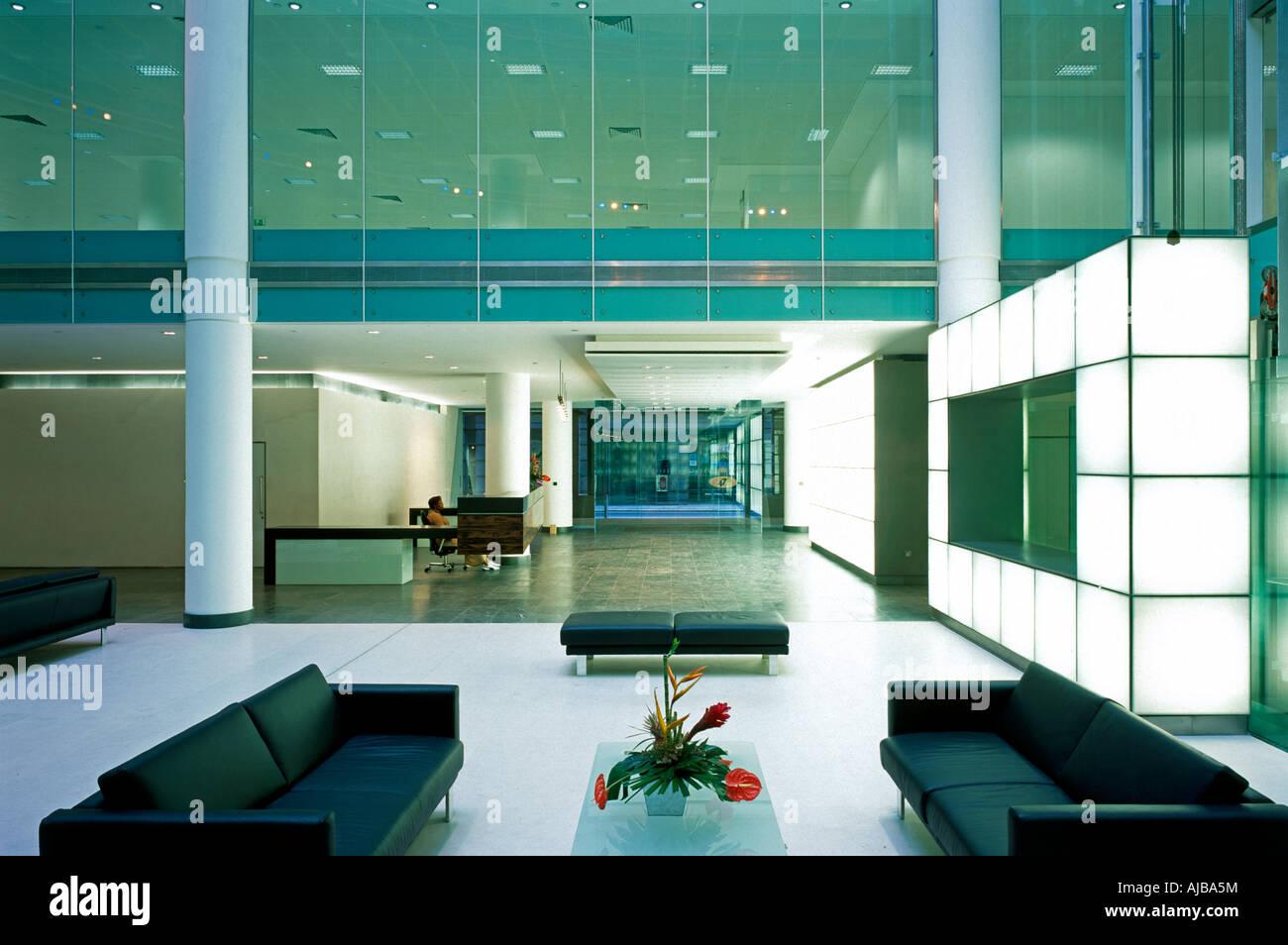 Lintérieur de latrium de verre avec à 25 avenue copthall london