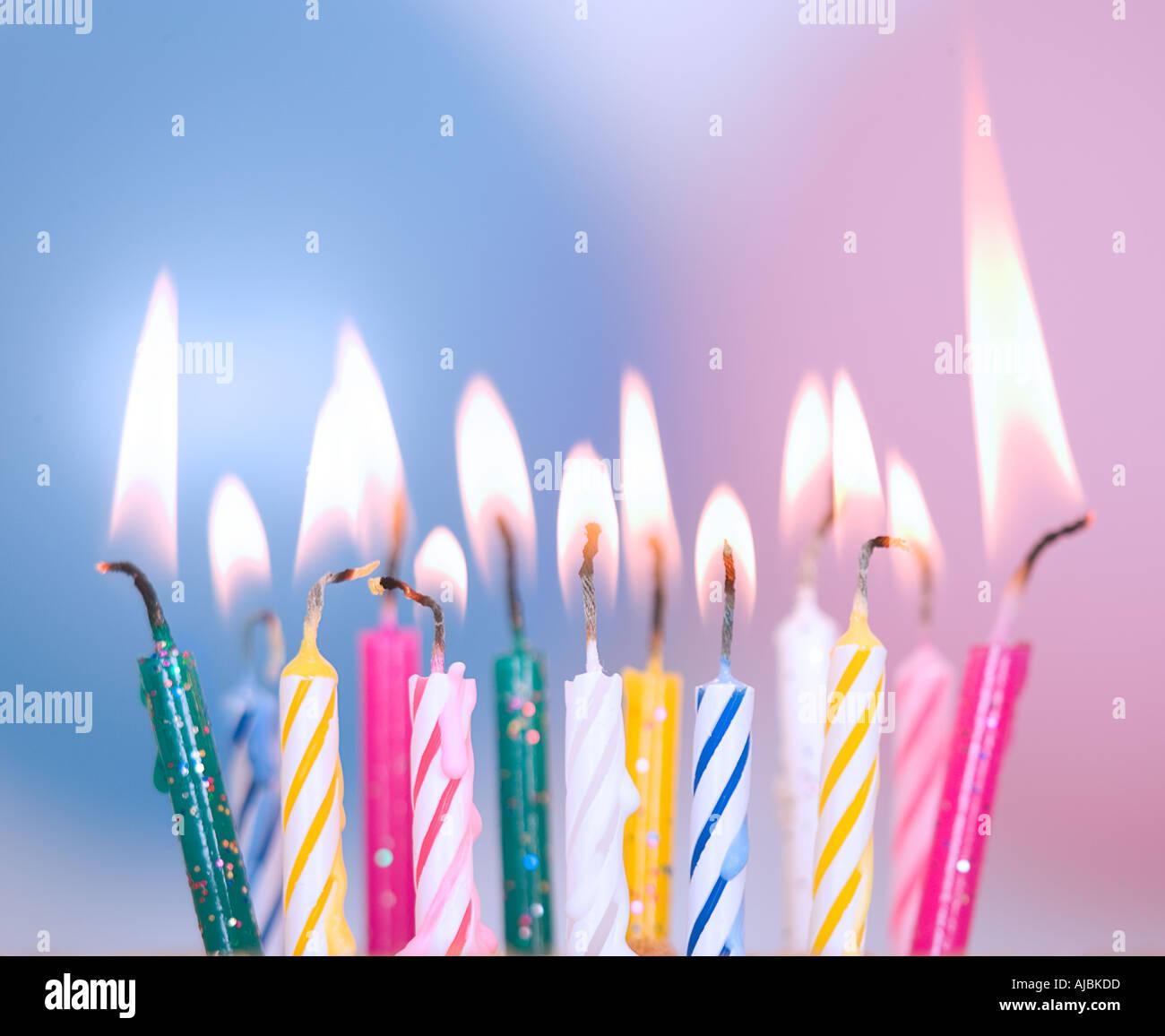 Gâteau d'anniversaire, bougies et ballons Photo Stock