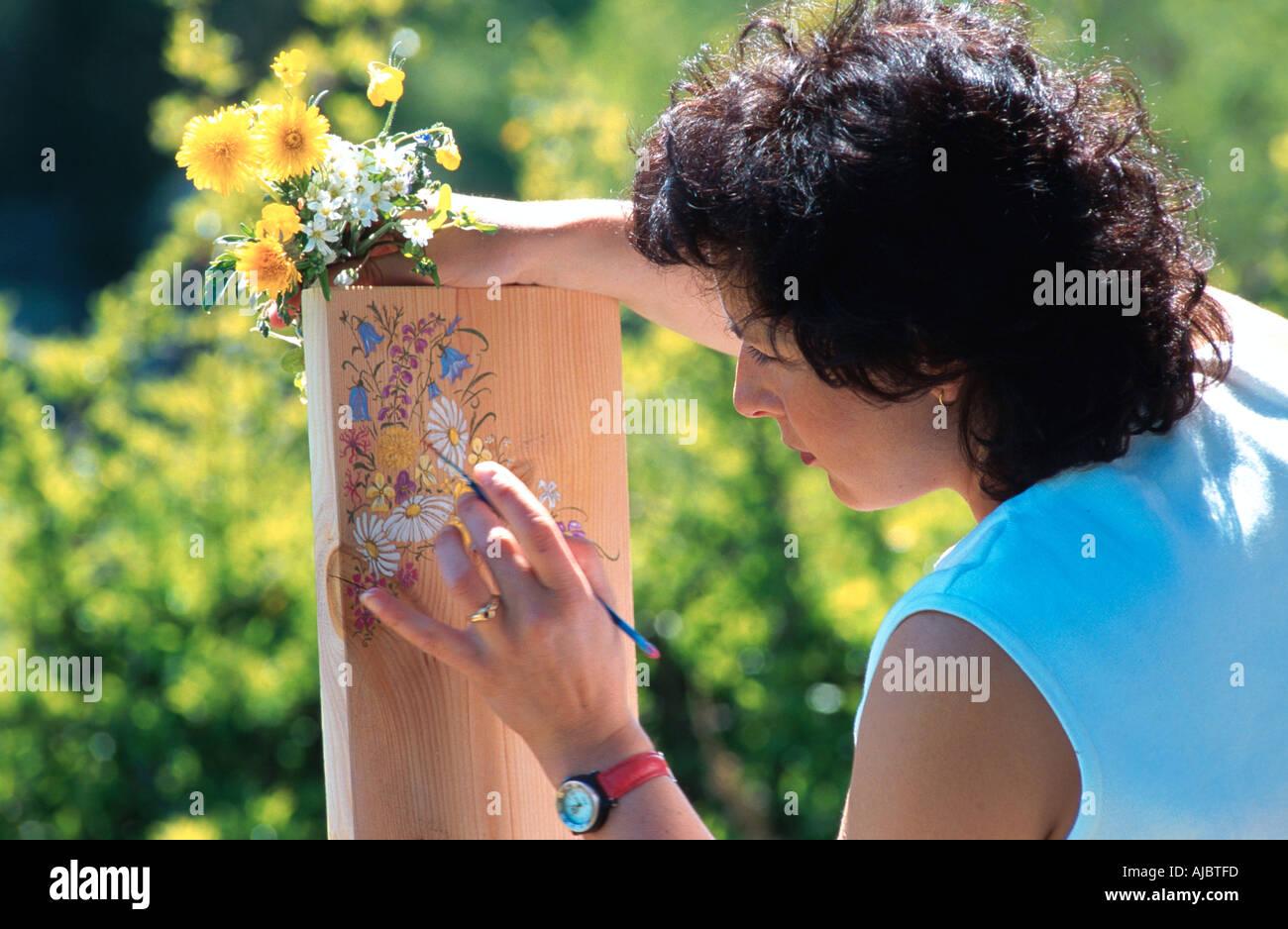 Femme fleurs peinture à bord Photo Stock