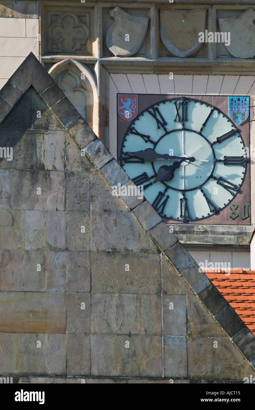 Travaux de maçonnerie et de l'horloge sur le Musée Smetana situé à côté du pont Charles, dans la vieille ville de Banque D'Images