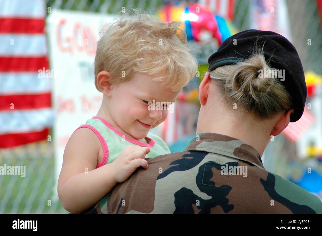 Femme Soldat à l'emplacement de mémoire de 14 Marines morts dans Brook Park dans l'Ohio avec un bébé sur le point d'aller en Irak Maman Maman Maman Banque D'Images