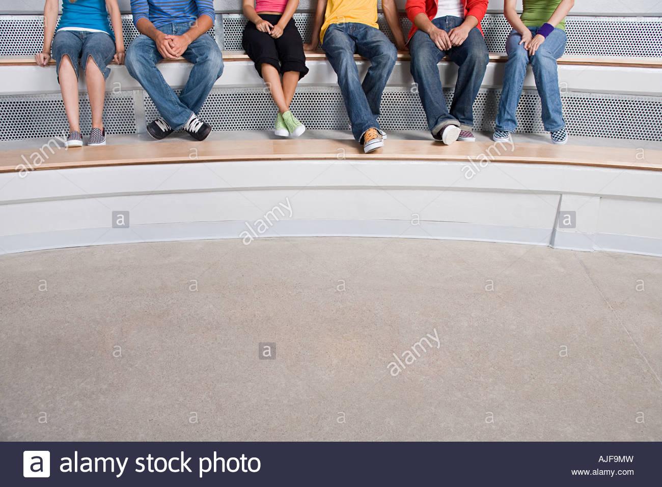 Les jeunes gens assis sur un pas Photo Stock