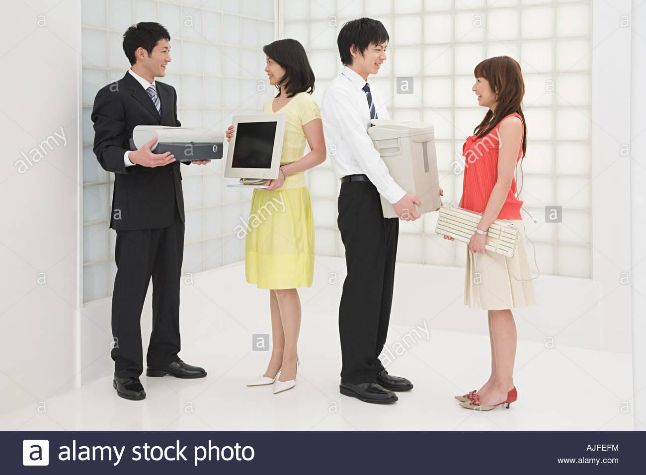 Les collègues avec l'équipement de bureau Photo Stock