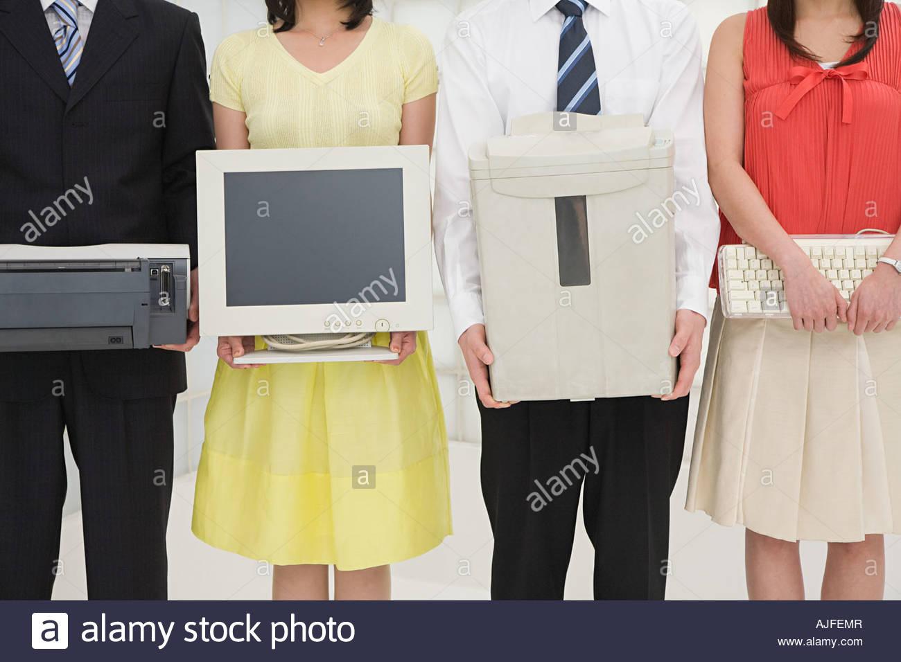 Les personnes titulaires d'équipement de bureau Photo Stock