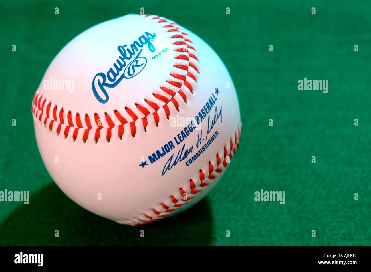Un américain de baseball blanc sur fond vert. Banque D'Images