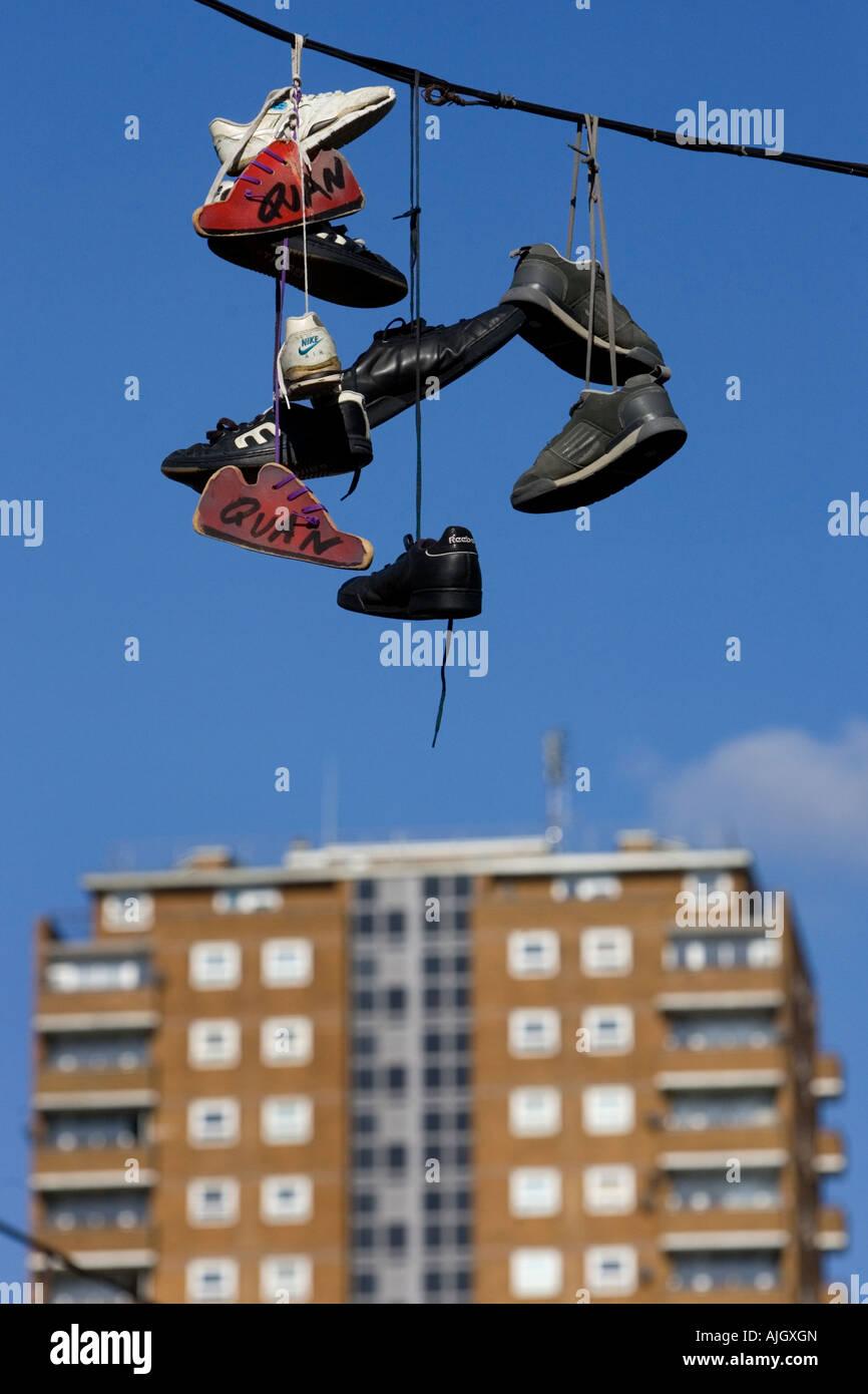 Cinq paires de formateurs pendu à une ligne téléphonique dans le Nord Lanes, Kensington Street, Brighton, Photo Stock