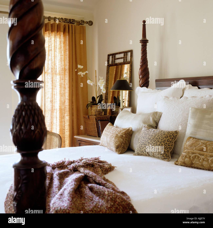 avec lit à baldaquin lit baldaquin sculpté, coussins et jeter banque