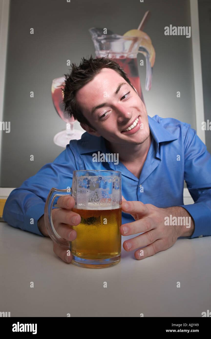 Homme regardant affectueusement la bière Photo Stock
