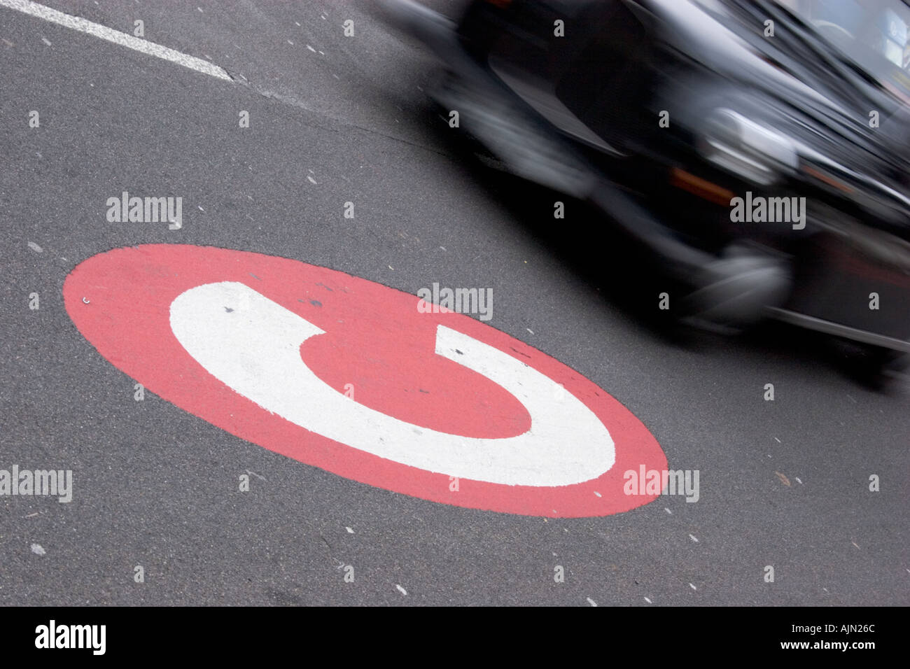 Congestion charge signer une signalisation en route avec London taxi Photo Stock