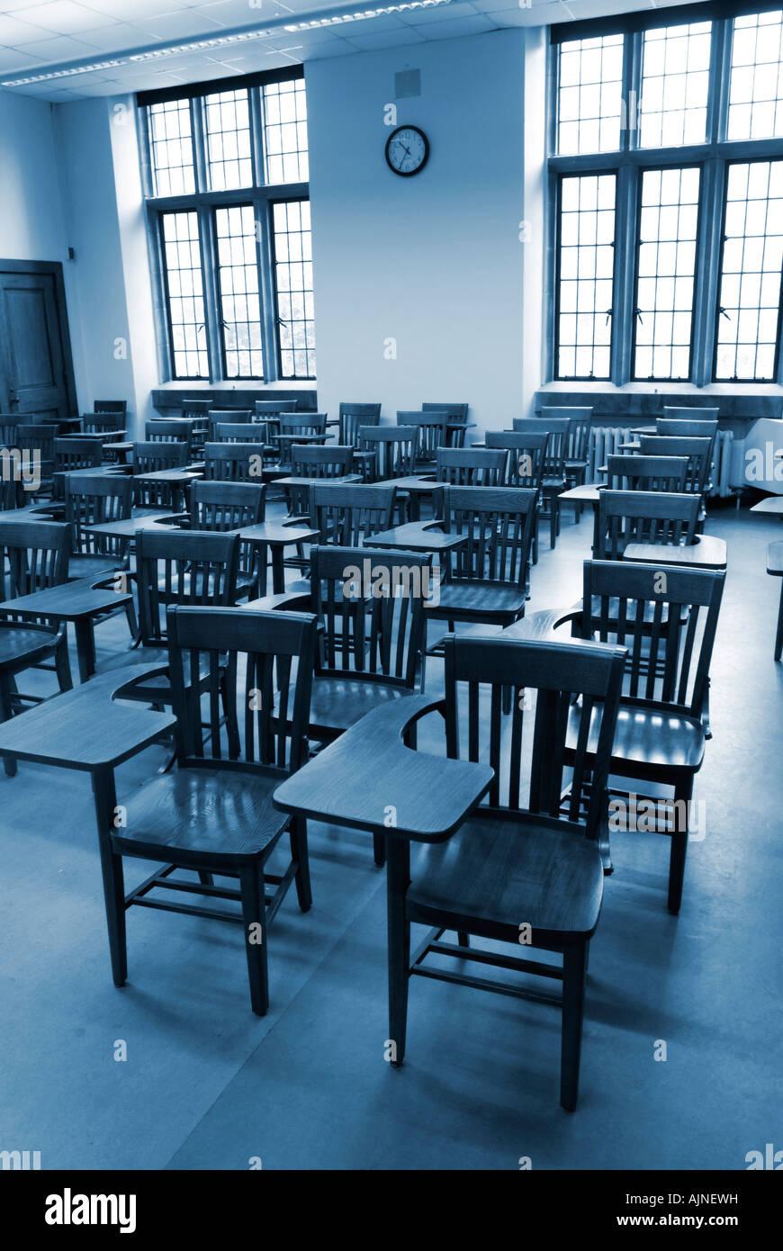 San Francisco ac606 866c1 Classe du collège avec des chaises de bureau en bois ancien ...
