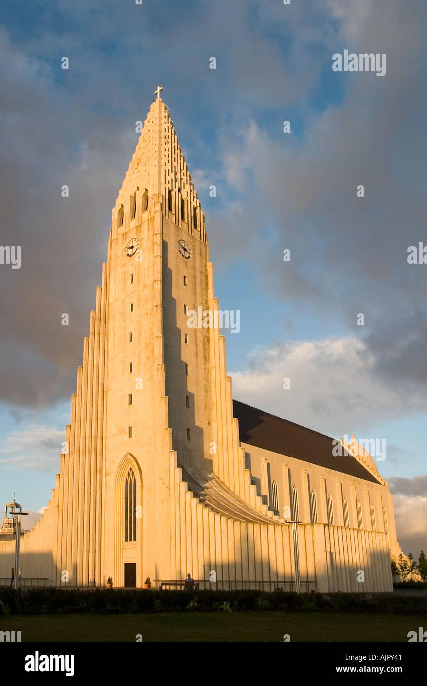 L'église Hallgrimskirkja Reykjavik Islande coucher du soleil Banque D'Images