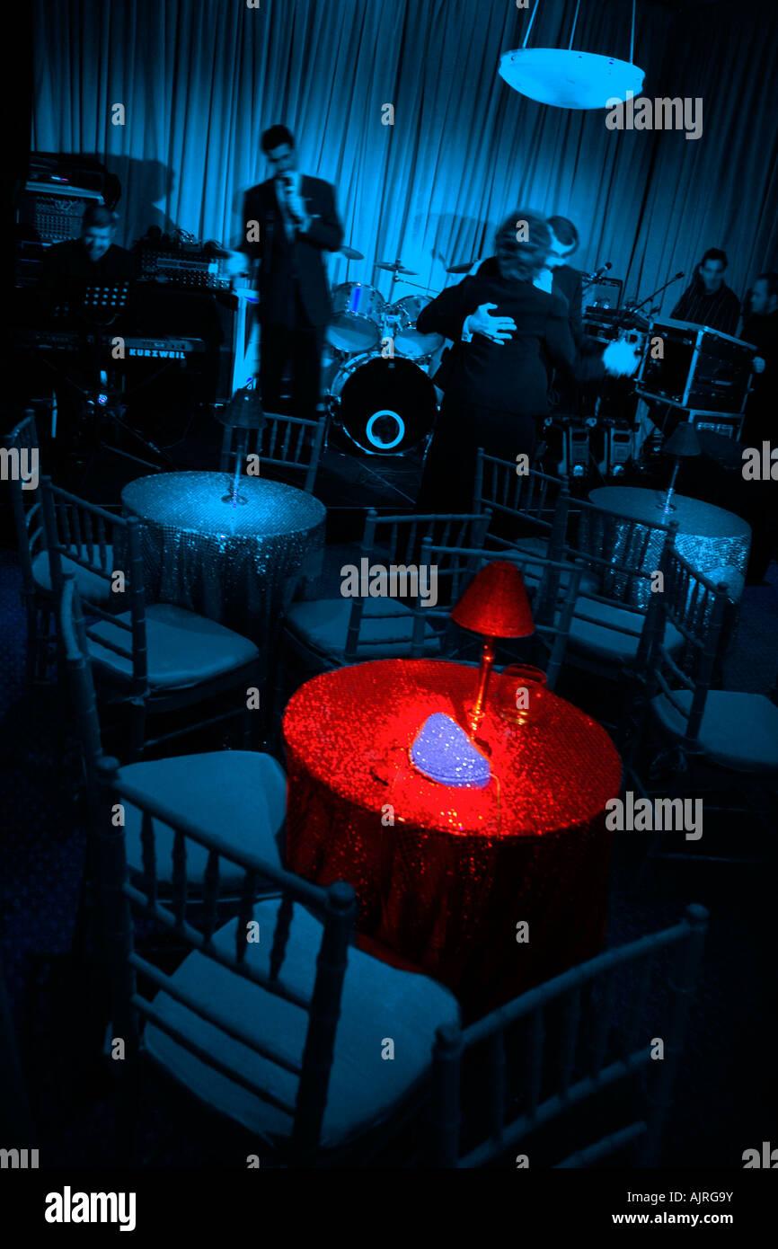 Boites De Nuit Tables Et Chaises Chambre Bleue Avec Table En Rouge