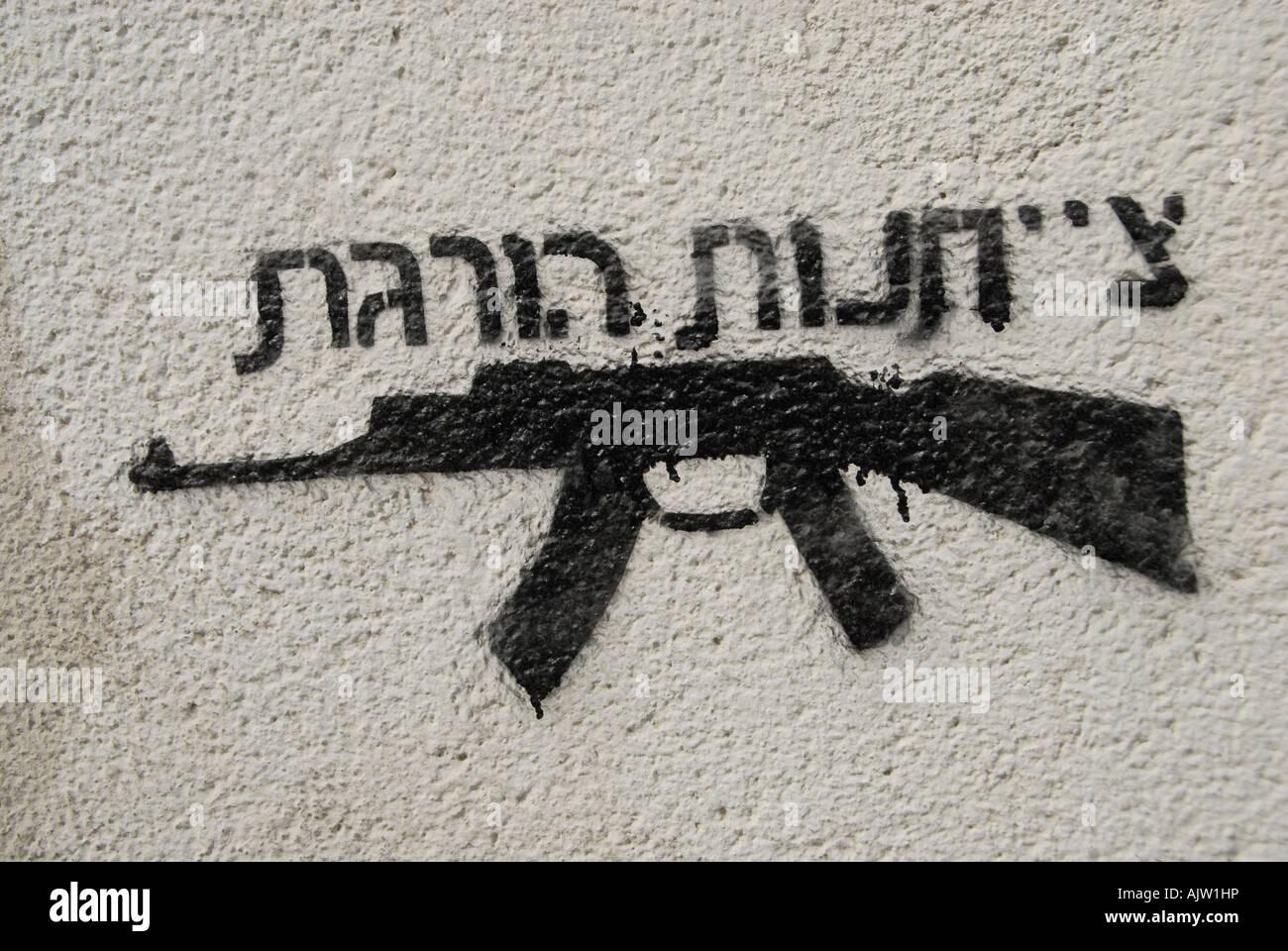 Le Graffiti d'une kalachnikov AK-47 machine gun avec une phrase en hébreu qui lit' obéissance Photo Stock