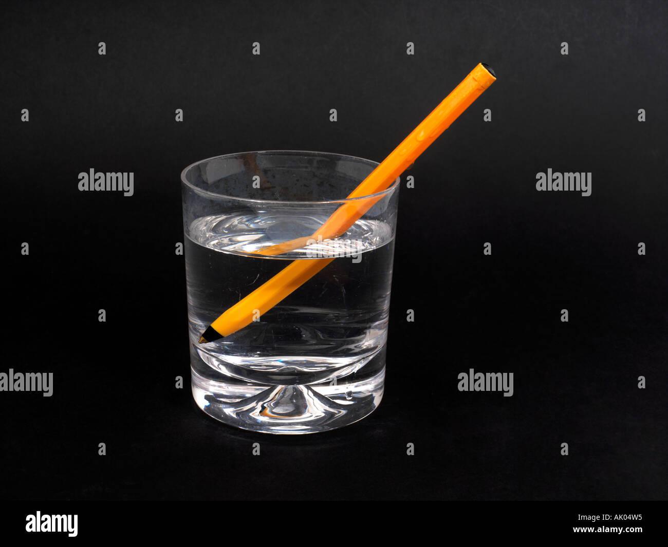 Réfraction réfraction de plume dans un verre d'eau Photo Stock