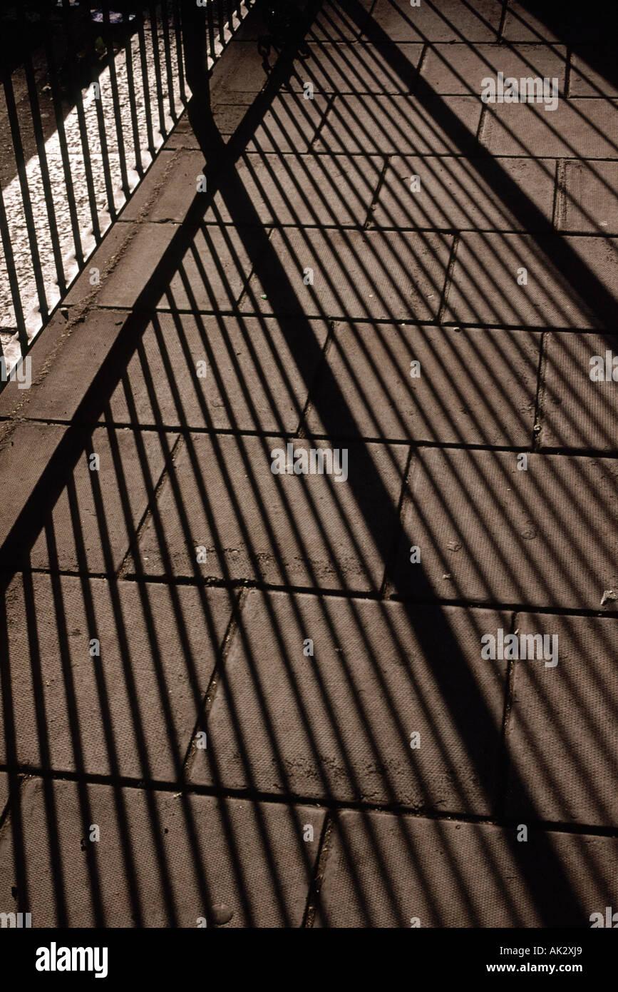 La vie encore d'ombres sur un trottoir Photo Stock