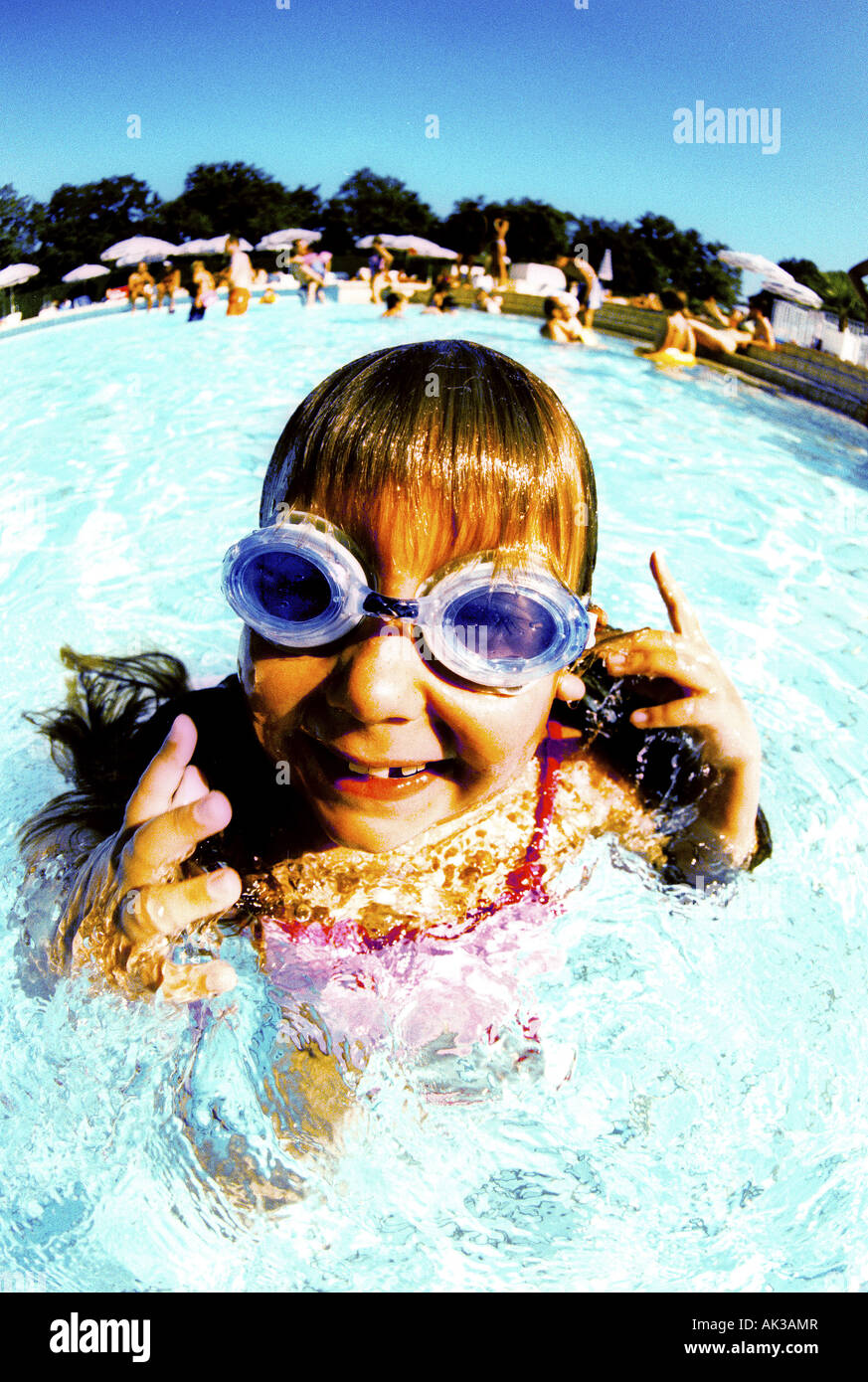 Girl (6-7) in swimming pool, portrait Photo Stock