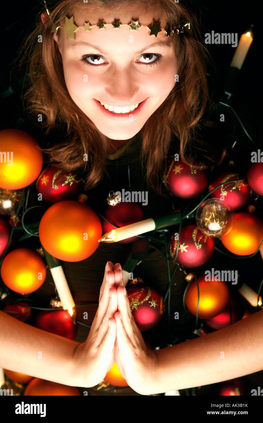 Femme portant des décorations de Noël Photo Stock