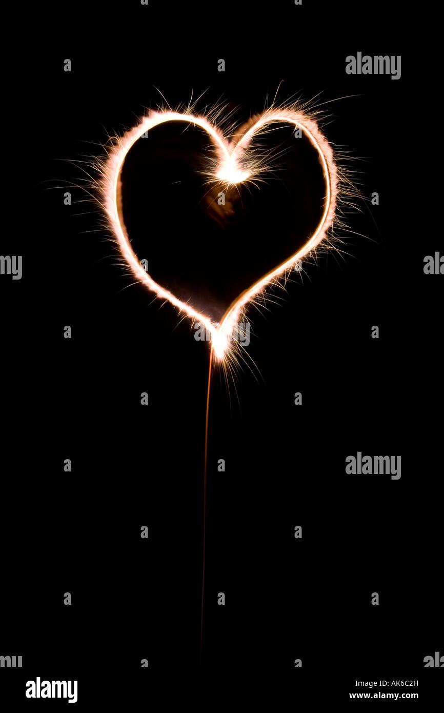 Forme de coeur fait avec sparkler la nuit Banque D'Images