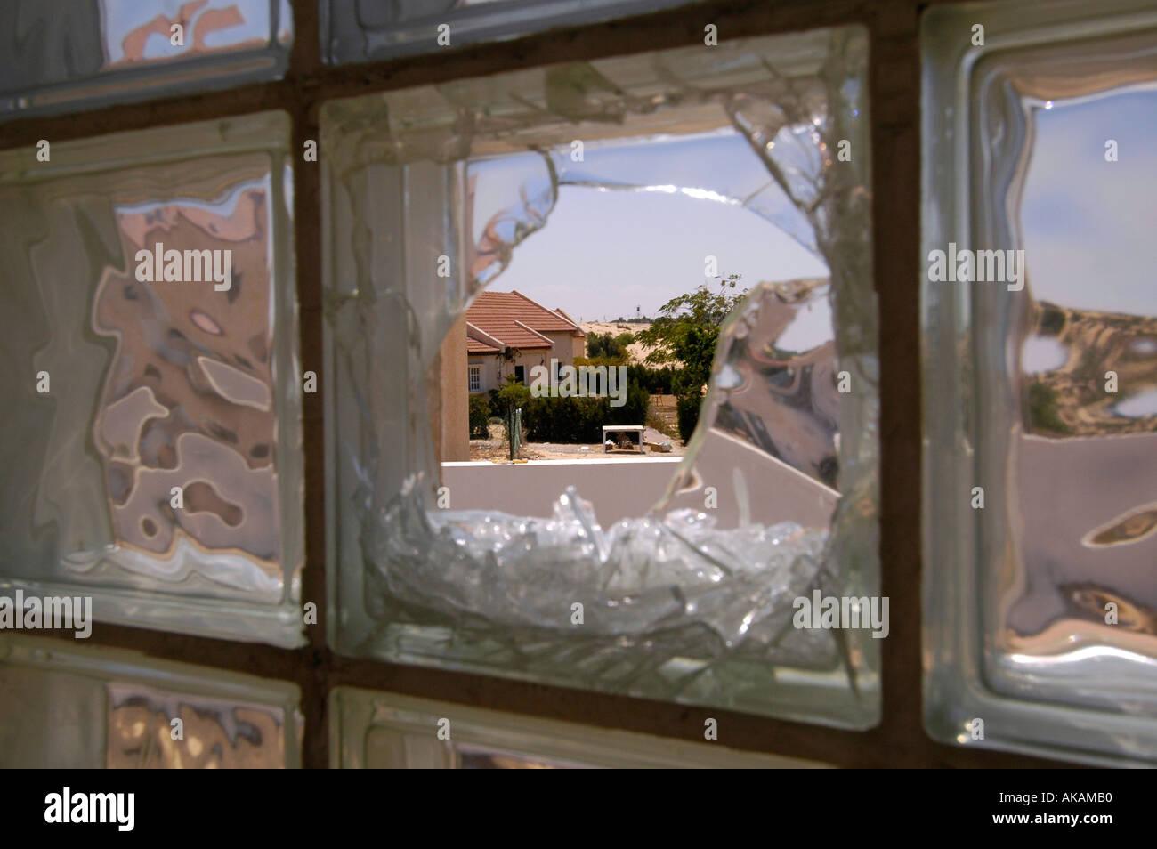 Briques de verre cassé dans une chambre Banque D\'Images ...