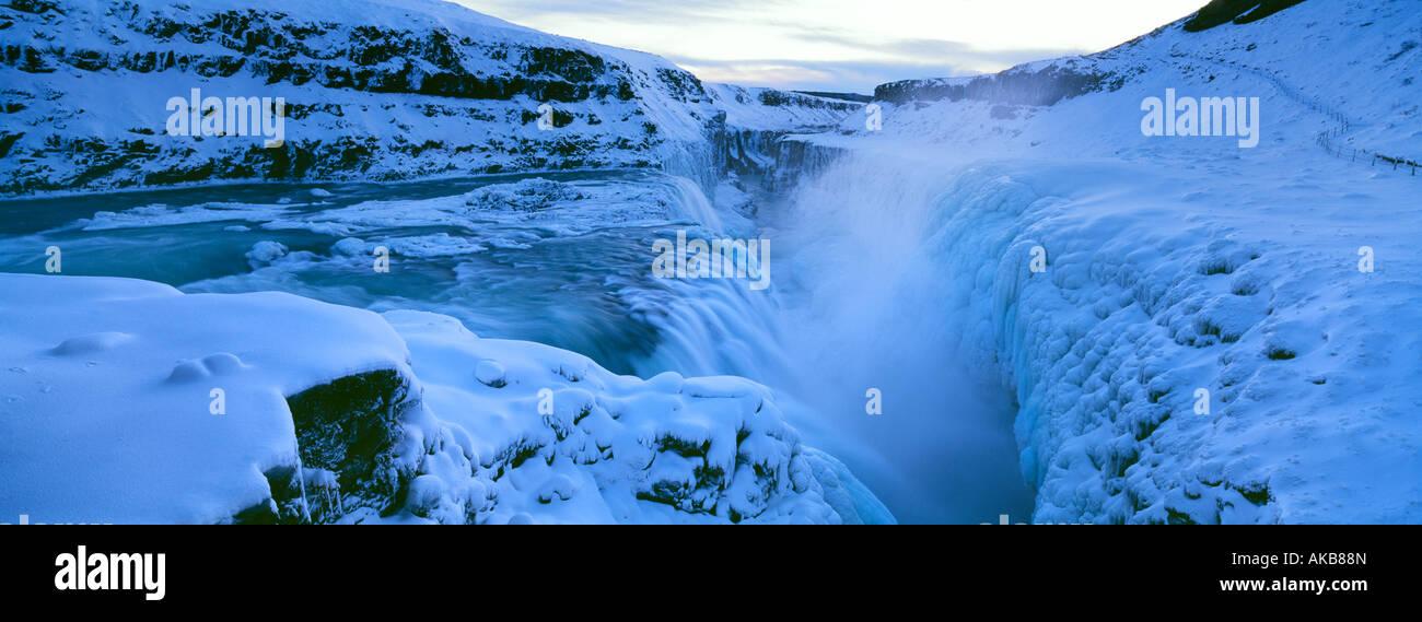 L'Islande, Gullfoss, rivière gelée et banques de glace au milieu de l'hiver Photo Stock