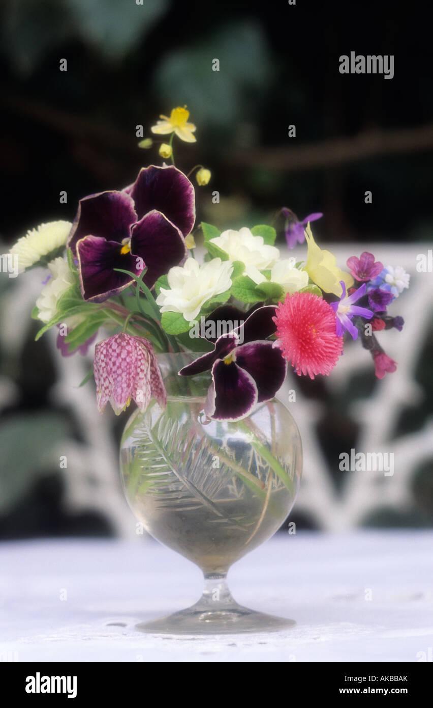 Posy de fleurs dans vase en verre sur la petite table de jardin ...