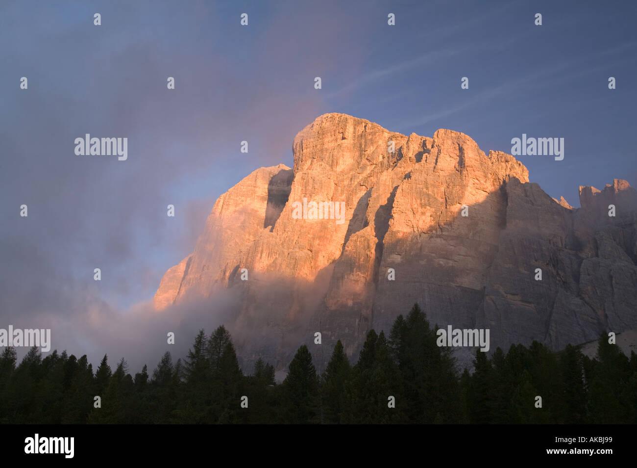 La première lumière sur les falaises de tofana De rozes avec brouillard près de Cortina Dolomites italiennes Banque D'Images