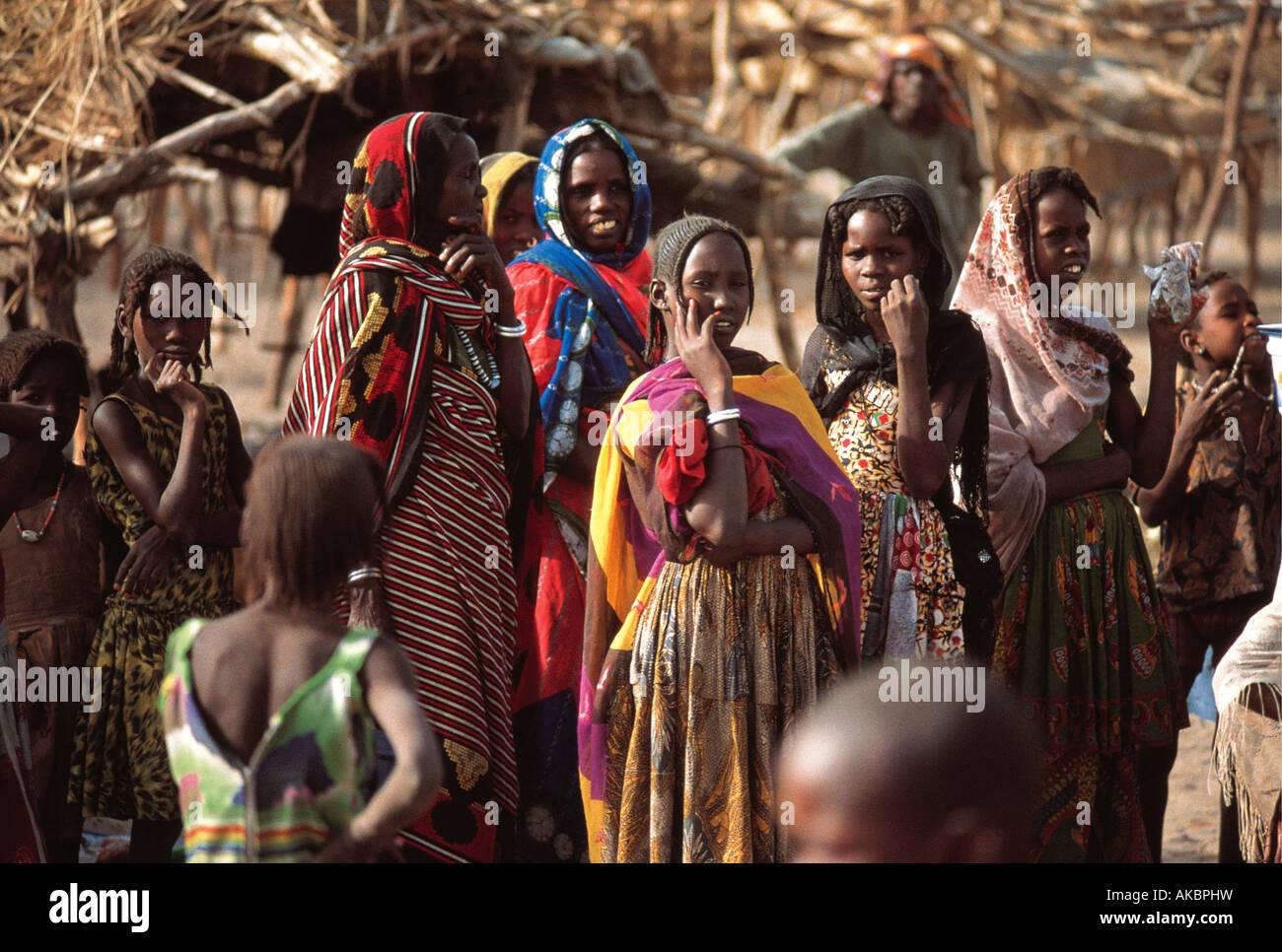 Un groupe d'environ 12 femmes et filles bavardant sur le côté du bol du Lac Tchad Tchad Afrique du Photo Stock