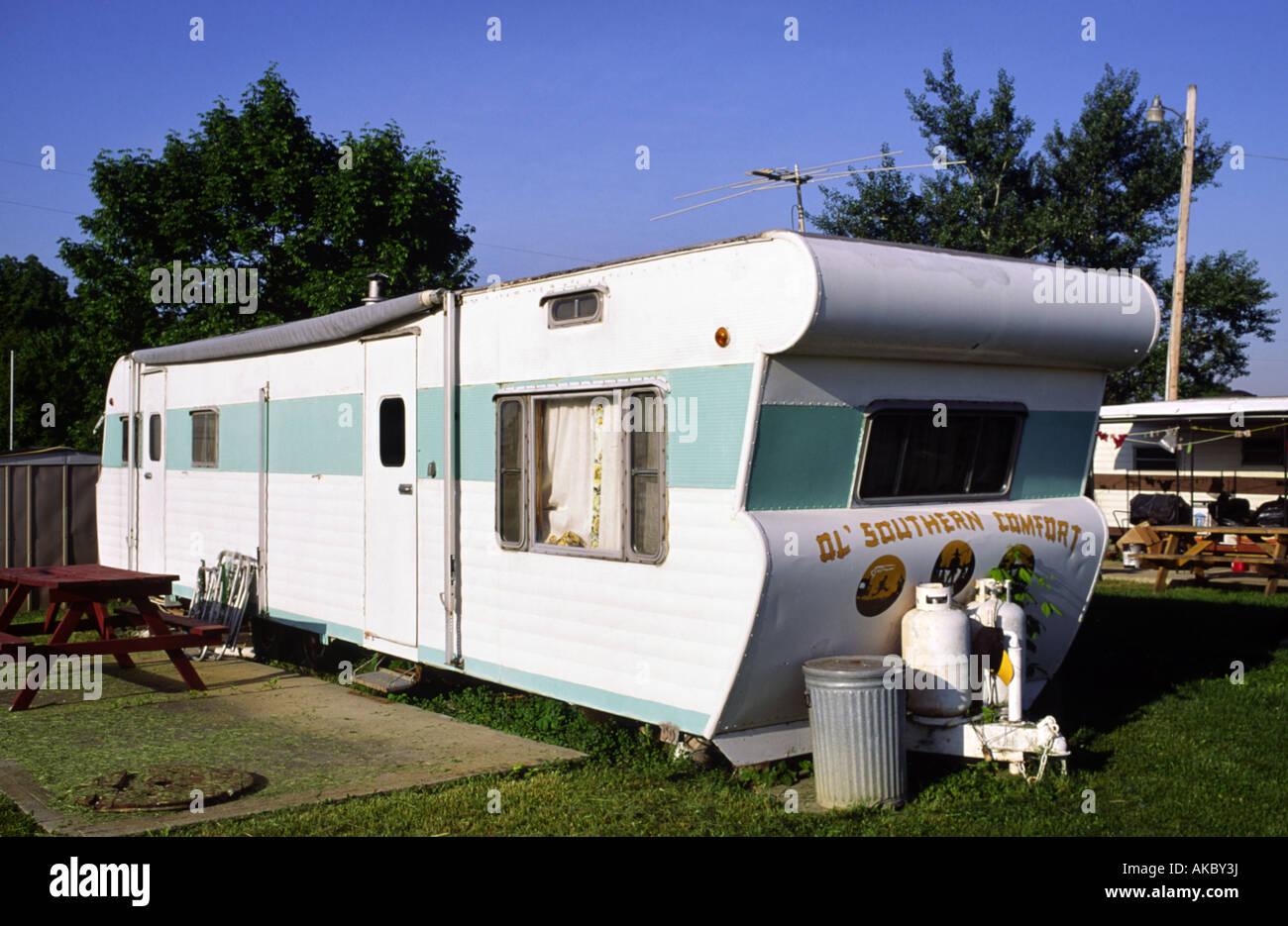 Une ère des années 1960 maison mobile dans un parc à roulottes midwest américain Photo Stock