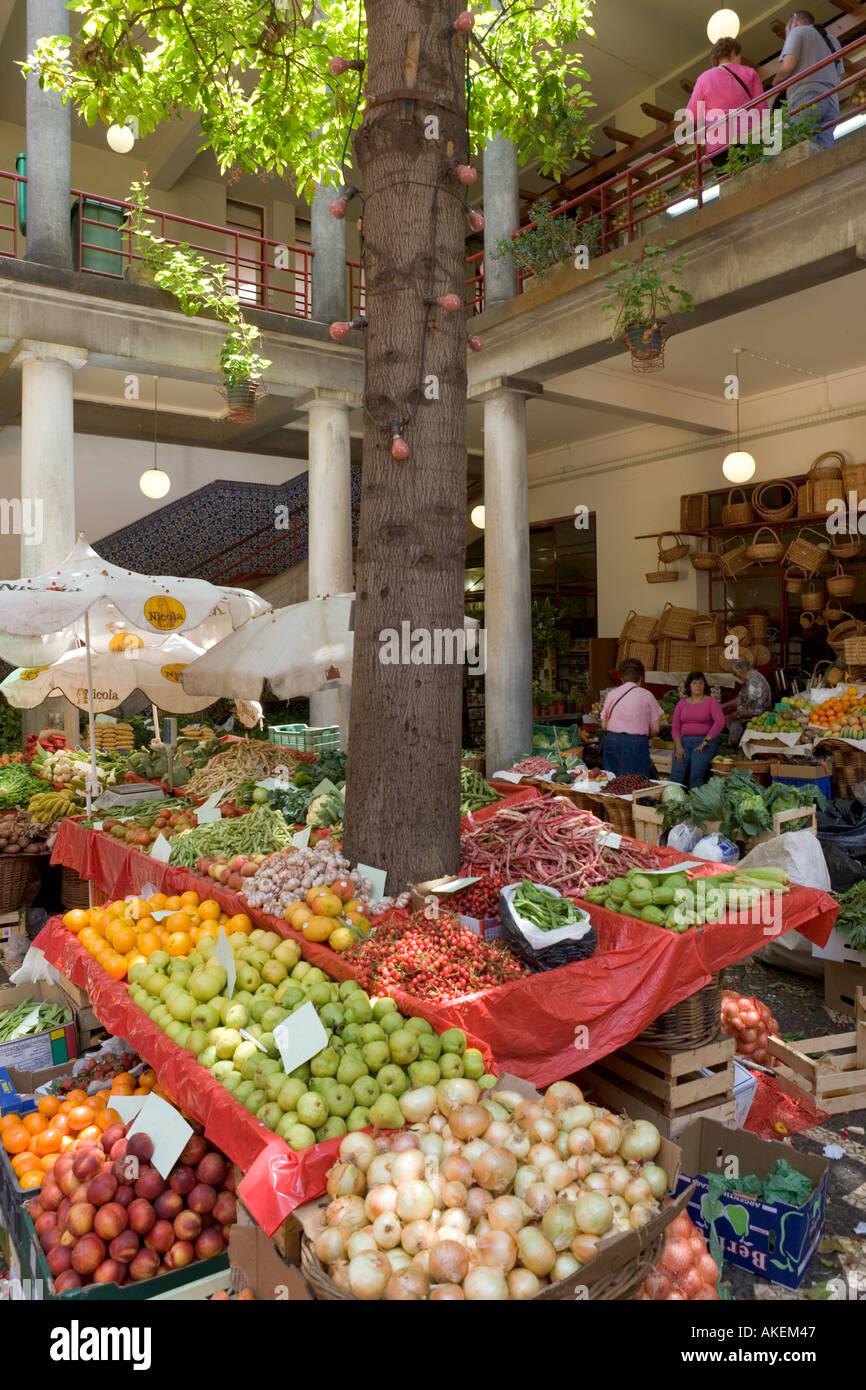 Les échoppes de produits frais le Mercado DOS Lavradores Marché (travailleurs), Funchal, Madeira, Portugal Photo Stock