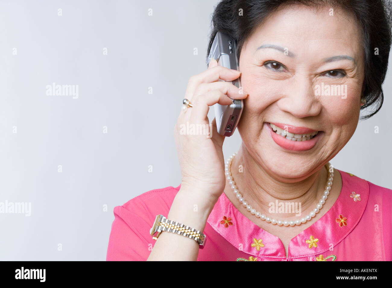 Portrait of a senior Woman talking on a mobile phone and smiling Banque D'Images