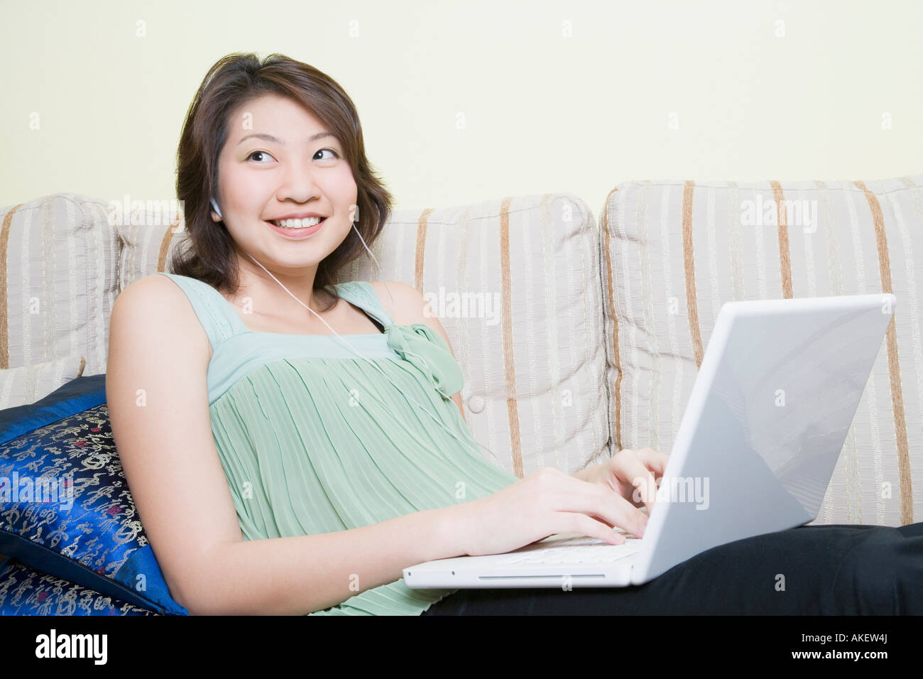 Young woman using a laptop Banque D'Images