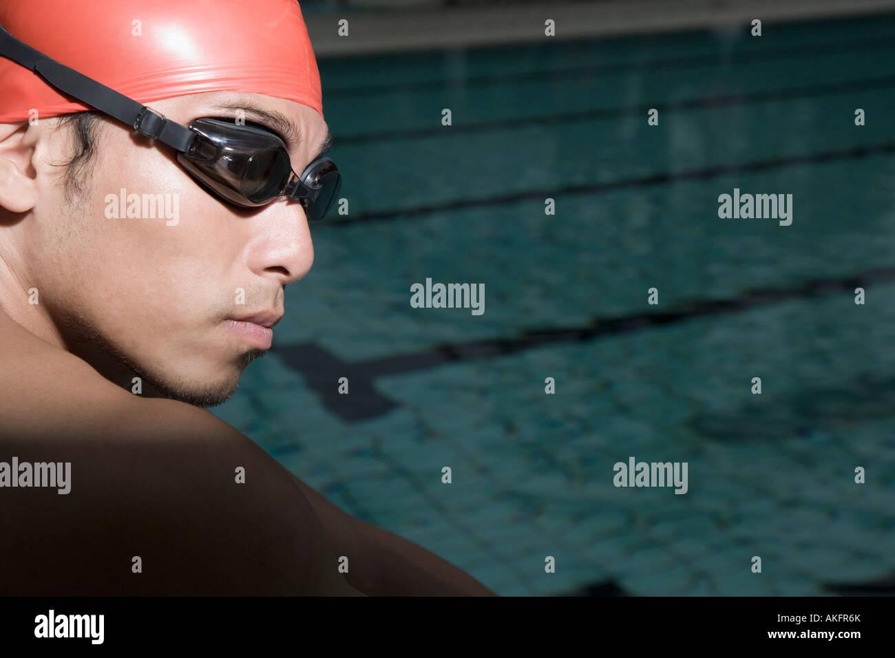 Close-up d'un jeune homme portant des lunettes de natation Photo Stock