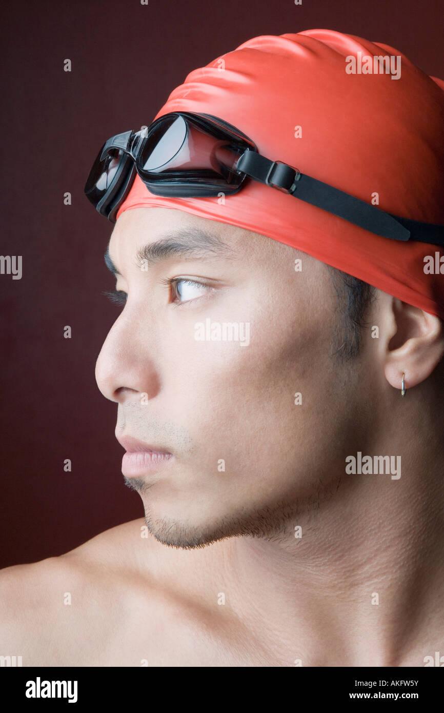 Close-up d'un jeune homme portant un bonnet de bain Photo Stock
