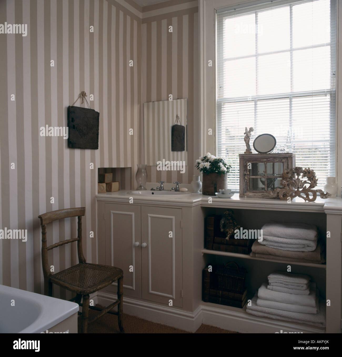 Papier Peint A Rayure Gris Et Blanc papier peint à rayures gris et blanc maison dans une salle
