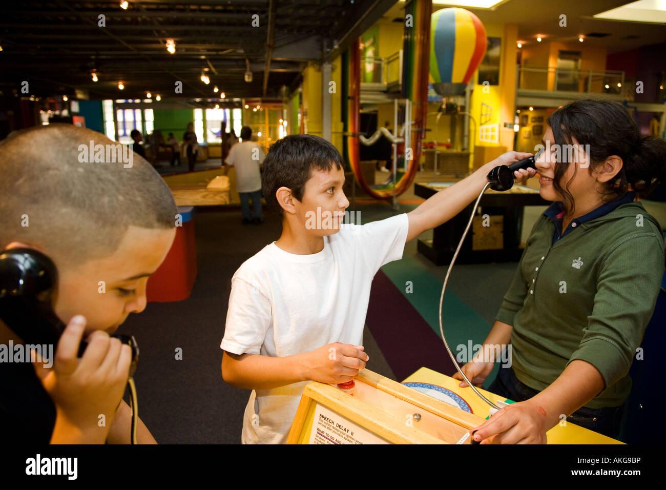 Les étudiants de l'ILLINOIS Aurora expérimenter avec expositions au Musée Sci Tech les mains sur l'intérieur des Banque D'Images